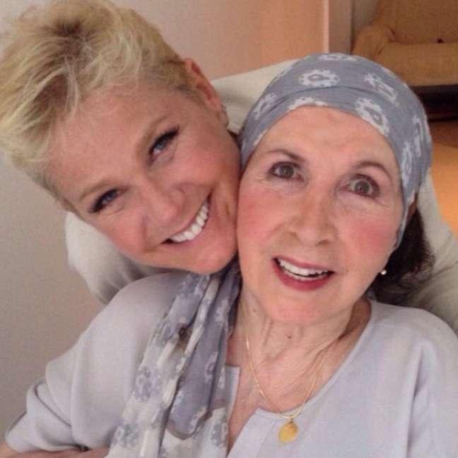 Dona Alda aparece na foto ao lado da filha
