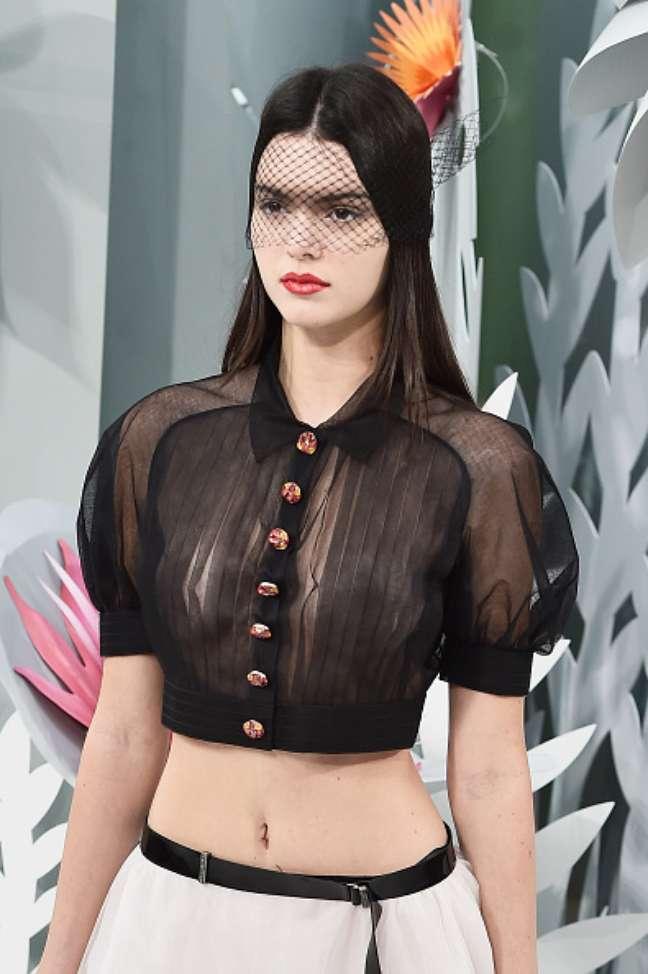 A blusinha curta e plissada, com manga curta bufante, deixava à vista os seios de Kendall Jenner