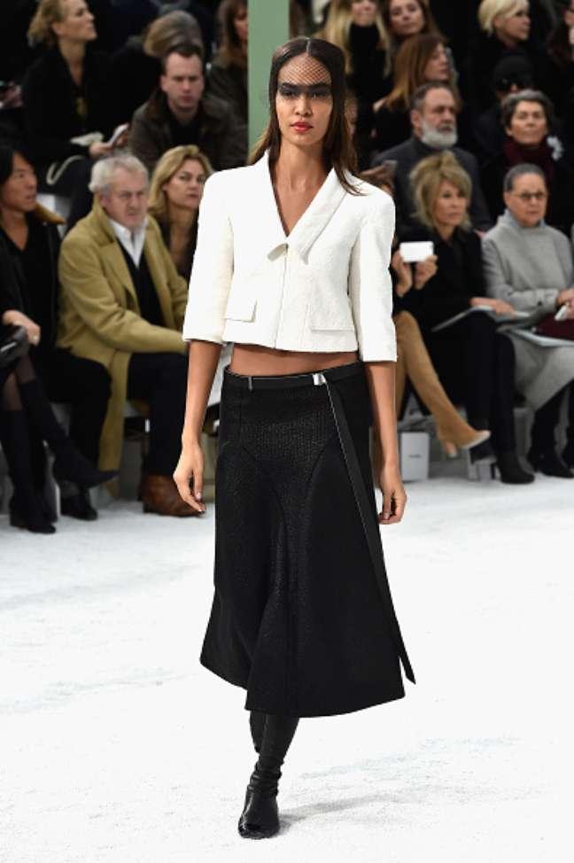 A top Joan Smalls mostra conjunto em preto e branco, outra proposta de Karl Lagerfeld