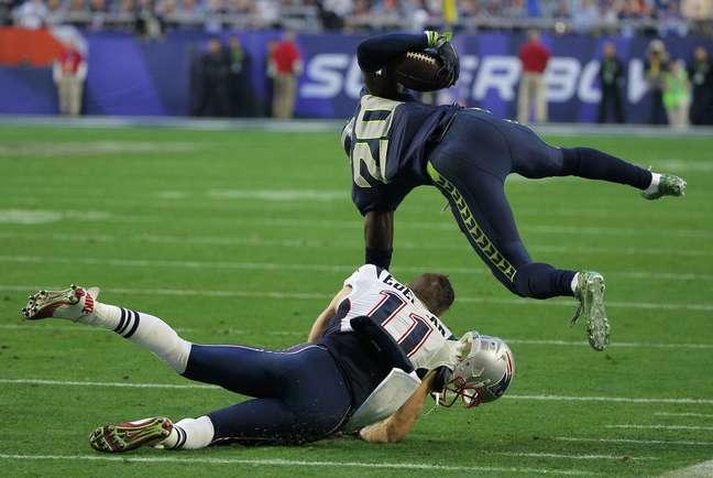 Jeremy Lane interceptou Tom Brady na primeira chance dos dois times na red zone, mas se machucou ao tentar retornar