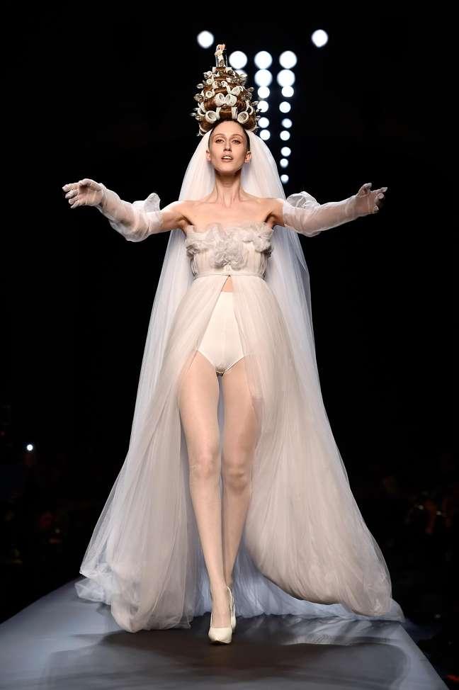 Noiva que abriu o desfile de Jean Paul Gaultier vem com hot pant e penteado feito com bobes e bonequinhos de bolo de casamento