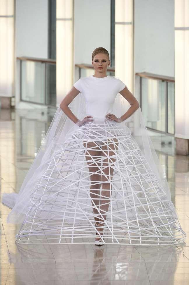 Só para as modernas: o modelo proposto pro Stéphane Rolland deixa à vista à armação das saias amplas, como se fosse um crinolina atual
