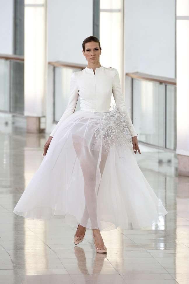 Outra saia transparente mostrada por Stéphane Rolland com a parte de cima fechada e enfeite na lateral da cintura. Na vida real, um forro cai bem e deixa a noiva mais do que elegante: chique