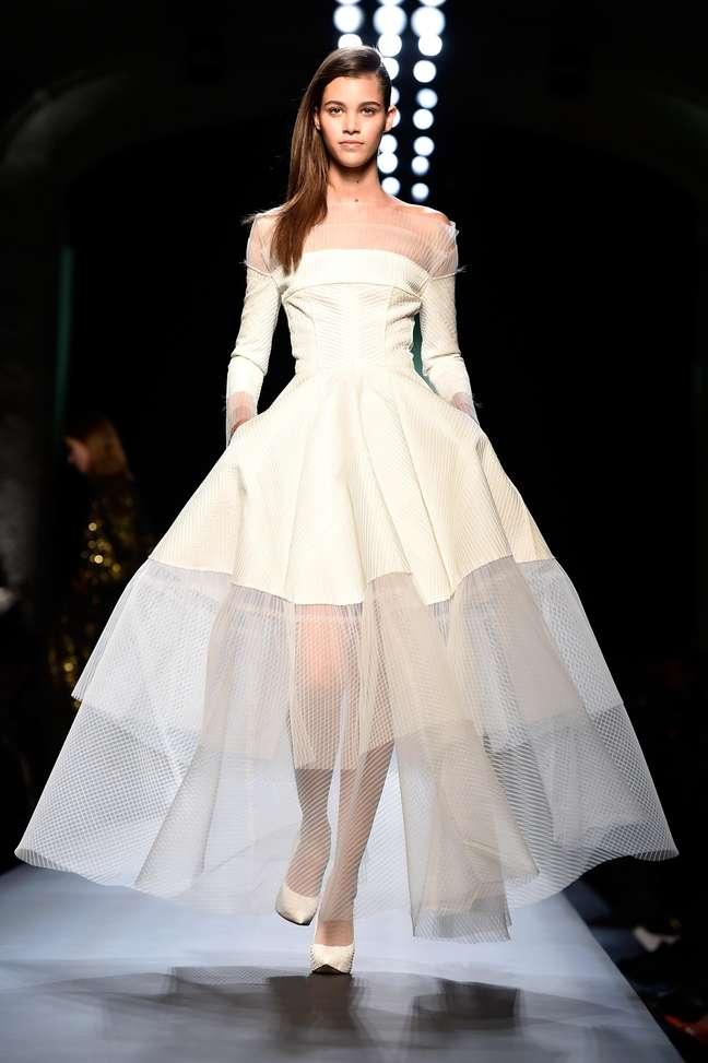 Nesta criação de Jean Paul Gaultier, o vestido de noiva vem com transparência na barra da saia ampla e no dorso: para noivas que gostam de ousar sem exageros