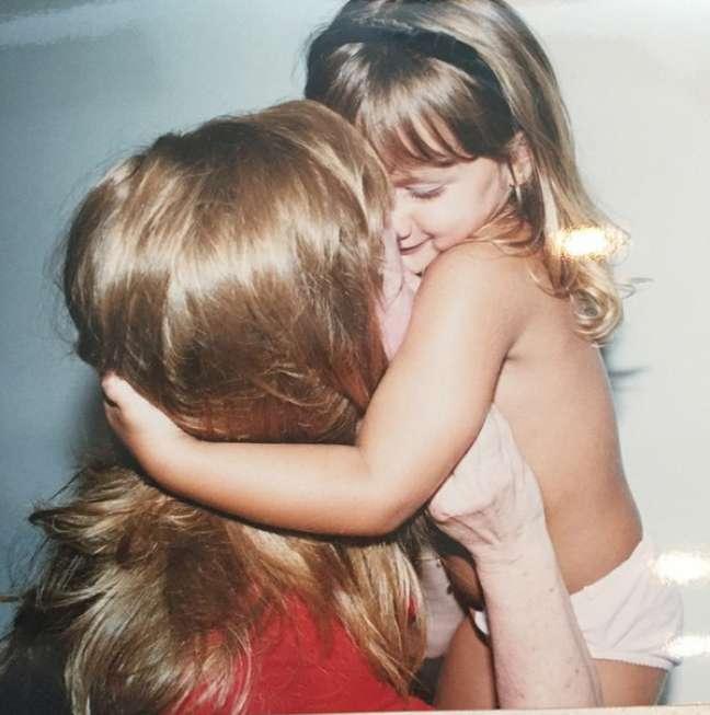 'Sassa beijando minha Aldinha de peruca... Lindas'