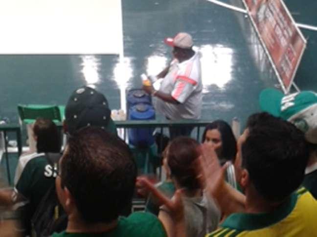 """Membro da comissão técnica do Flamengo """"refrescou"""" torcedor palmeirense"""