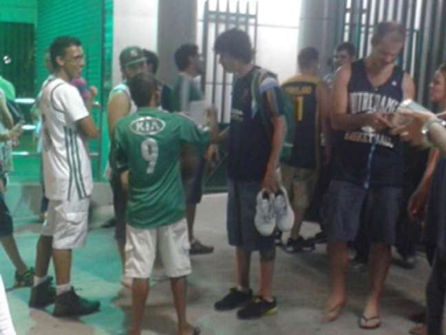 Após o jogo, Neto conversou com fãs ainda segurando otênis que vestiu na partida