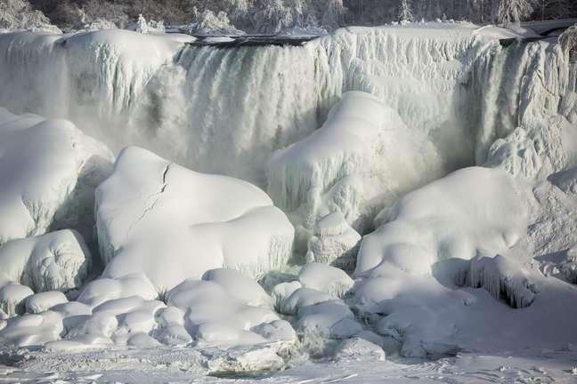 Cataratas do Niágara têm águas congeladas por frio extremo