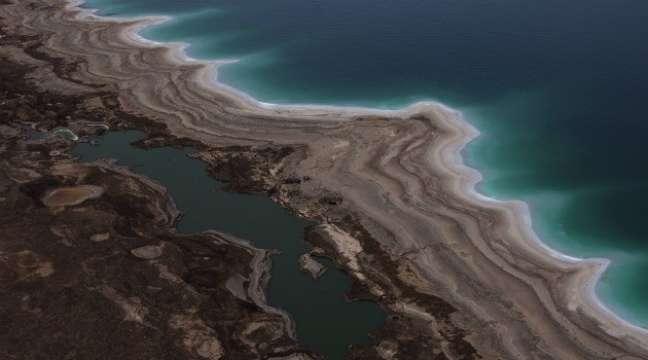 Vista aérea do Mar Morto mostra que o lugar está secando