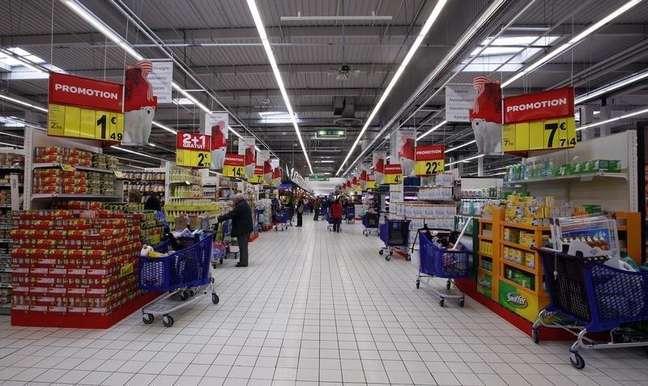 Carrefour, la segunda cadena minorista del mundo por tamaño, dijo que aumentará el gasto de capital este año, en el que busca consolidar la recuperación de sus hipermercados europeos y expandirse en el mercado emergente de Brasil. En la imagen, vista general de un supermercado en Niza el 29 de noviembre de 2011.