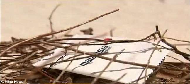 Guardanapo de papel foi encontrado em praia australiana e pode ser do voo MH370, desaparecido há 1 ano
