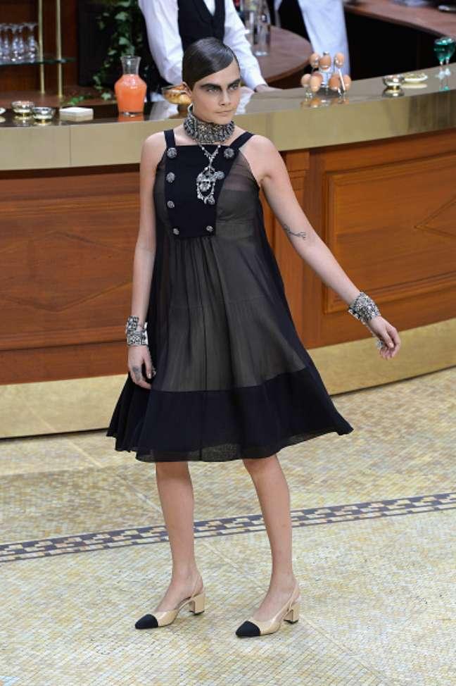 Cara Delevingne abriu e fechou o desfile da Chanel