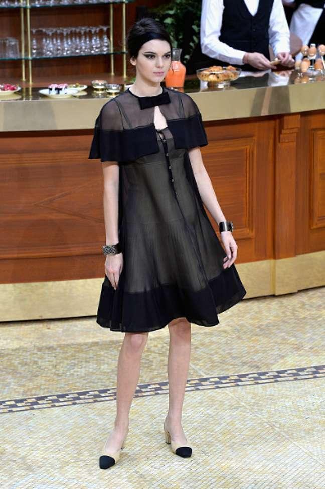 Assim como Cara, Kendall Jenner, irmã de Kim Kardashian, usou vestido preto soltinho