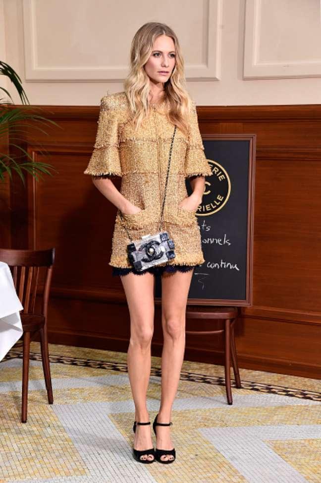 Poppy Delevingne, irmã de Cara, conferiu o desfile com look dourado da Chanel