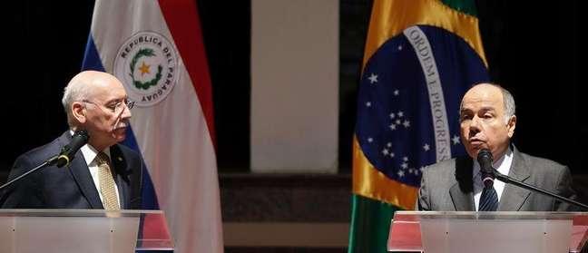Chanceler brasileiro Mauro Vieira fala ao lado de colega paraguaio, Eladio Loizaga, durante entrevista em Assunção. 13/03/2015.