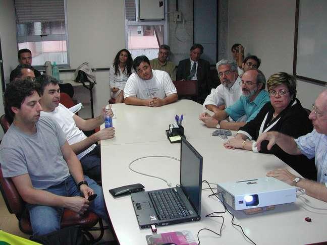 Nivio Ziviani (à direita) em reunião na UFMG com os fundadores do Google, Sergey Brin e Larry Page (à esquerda)
