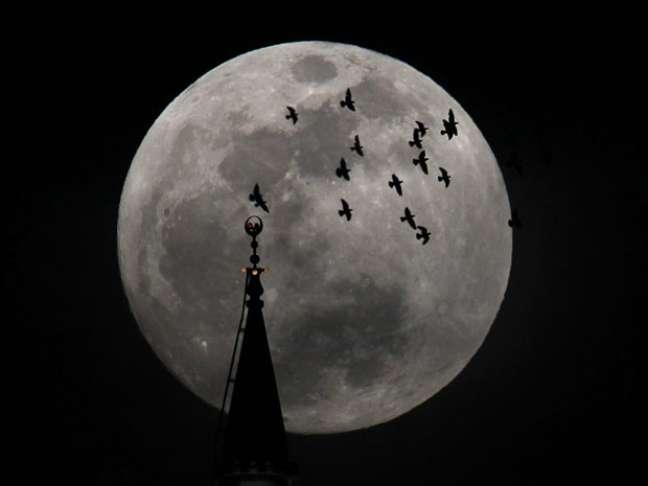 <p>Alinhamento entre Sol, Terra e Lua, com a Lua mais próxima da Terra, vai resultar no fenômeno conhecido como superlua</p>