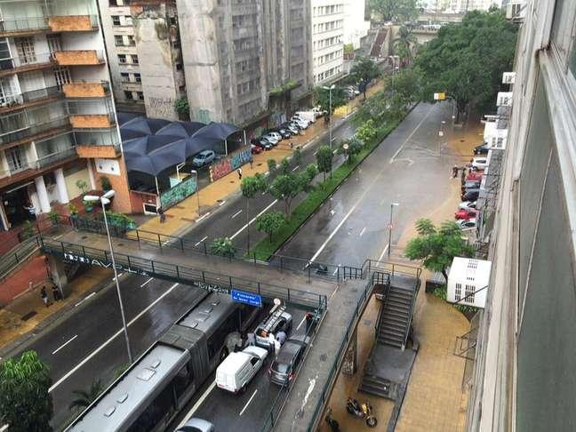 <p>Chuva alagou trecho da Avenida 9 de Julho, próximo ao Anhangabaú, na tarde de sexta-feira, último dia do verão</p>