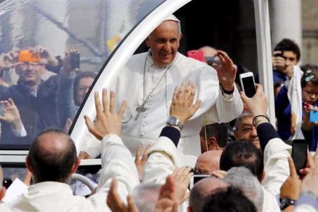 <p>Para esta primeira visita a Nápoles, o primeiroPapa latino-argentino percorreu no papamóvel as ruas lotadas da cidade</p>