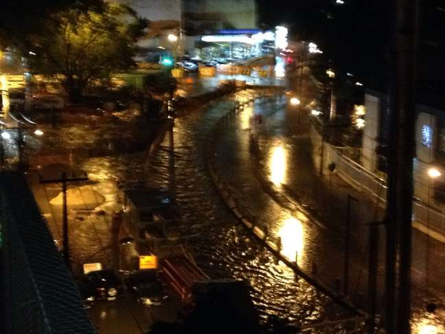 A rua Dona Zulmira, no bairro Maracanã, foi tomada pela água