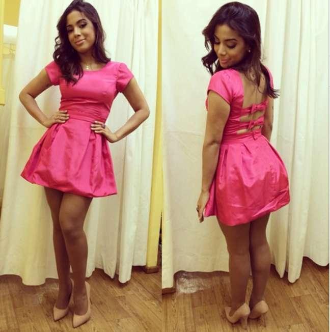 O problema do vestido rosa de Anitta é o tecido encorpado demais, que deixa o bumbum maior do que é. E para piorar, amassa demais, deixando a elegância para escanteio.
