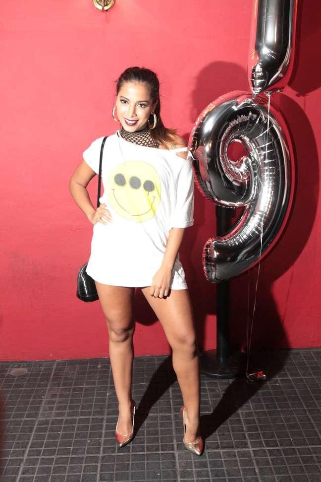 Outra peça que lembra camisola e, ainda por cima, parece que está rasgada. A cantora foi assim na festa de Rafaella Santos, irmã d Neymar. Claro que a escolha foi proposital, mas não está legal.