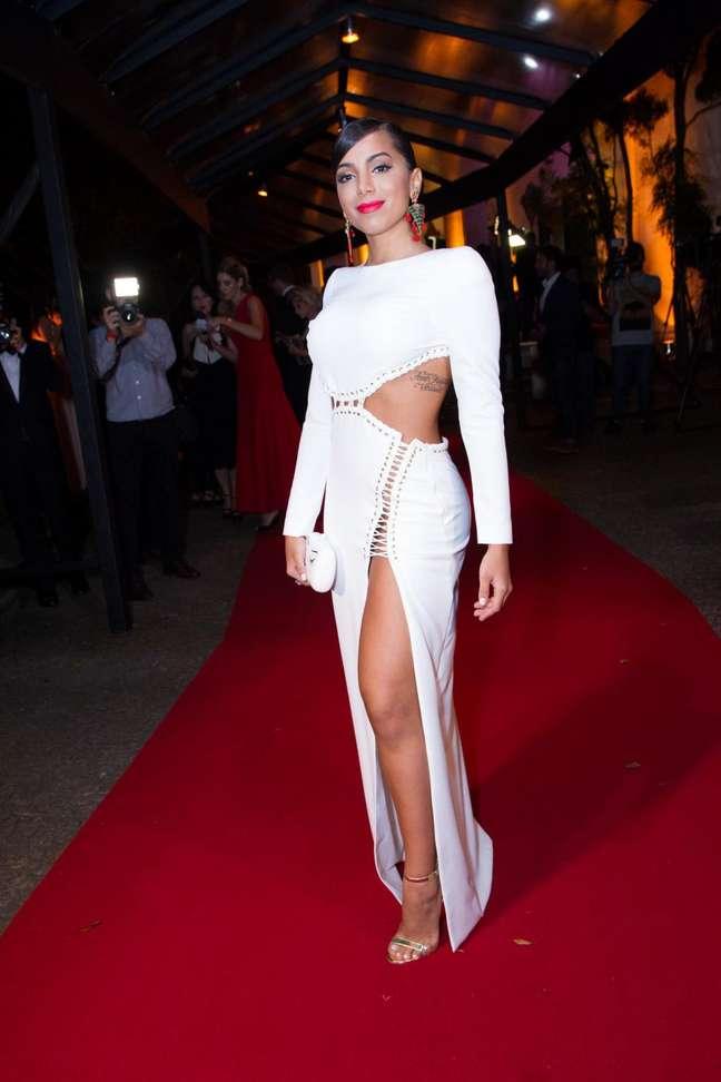 No prêmio Geração Glamour, na última semana, Anitta usou um vestido feito exclusivamente para ela, que dispensava calcinha. Não era preciso os recortes na região em questão, mas a cantora resolveu causar mais uma vez. Para os mais afoitos, ela avisou: rola um protetor. Onde?