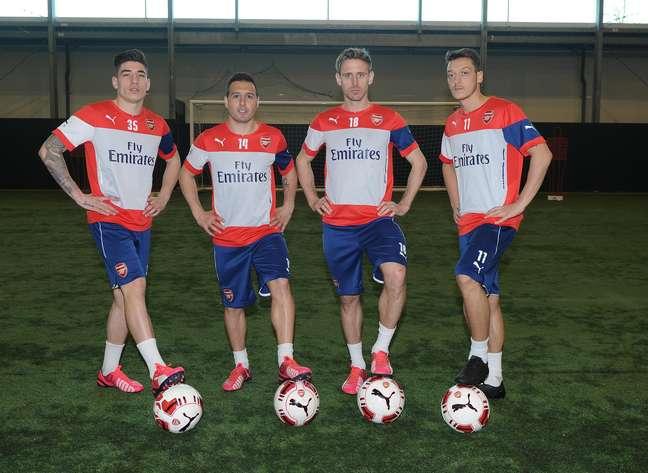 """Jogadores do Arsenal posam com """"bola especial para canhotos"""""""