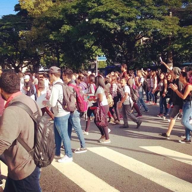 São Paulo, 1/4 - Alunos da Escola Estadual Professora Zuleika de Barros Martins Ferreira realizaram um protesto para demonstrar apoio aos professores em greve e pedir maior qualidade de ensino