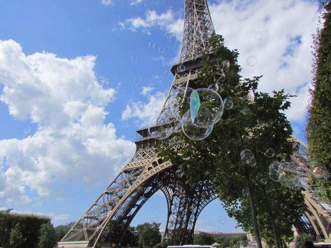 """Olívia Tomazela registrou a Torre Eiffel em agosto de 2014 por uma perspectiva diferente. """"Havia um homem soltando bolhas de sabão e as crianças brincavam. Foi um lindo dia!"""", contou"""
