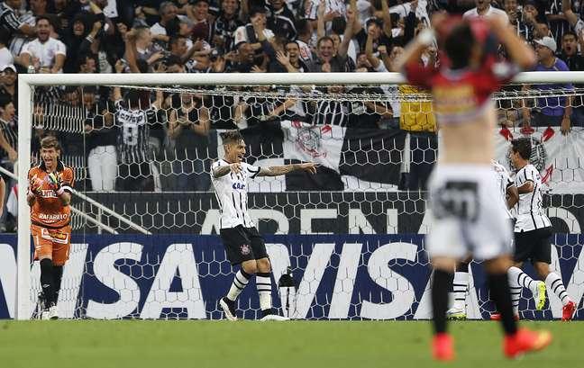 Guerrero comemora segundo gol do Corinthians na partida