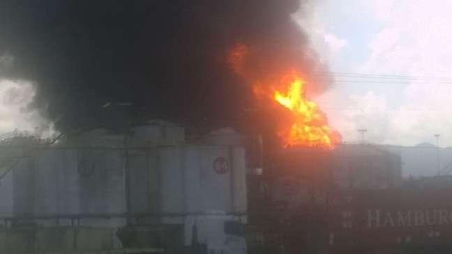 Incêndio de grandes proporções atinge tanques de combustível da empresa Ultracargo, em Santos (SP)
