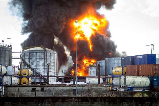 Incêndio de grandes proporções atinge tanques de combustível da empresa Ultracargo, na área industrial do bairro Alemoa, em Santos (SP)