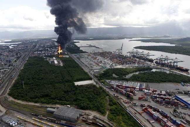 Vista aérea da coluna de fumaça em incêndio em tanques de combustíveis da Ultracargo em Santos 2/04/2015.