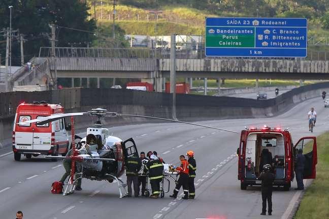 Helicóptero Águia posou na pista da rodovia para fazer o resgate de vítimas