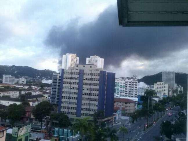Imagem registrada por leitor, nesta segunda-feira, mostra grande quantidade de fumaça no local