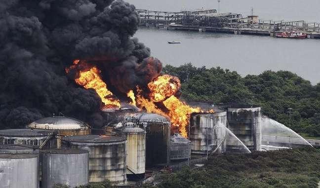 <p>Autoridades têm dificuldades para conter o fogo em Santos</p>