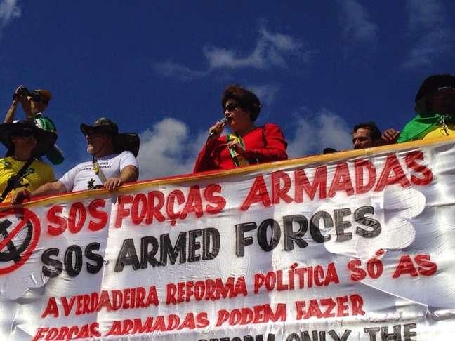<p>Carro de som de grupo que pede a intervenção militar teve participação de sósia de Dilma, que usava algemas</p>