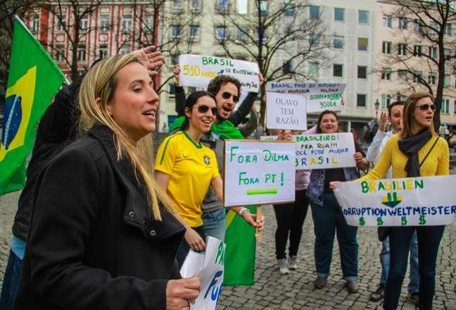 <p>Grupo de brasileiros se reuniu neste domingo (12)em Munique, na Alemanha, para mostrar apoio às manifestações contra o governo de Dilma Rousseff</p>