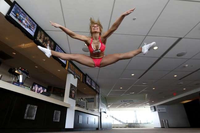 <p>Em Nova Jérsei, no East Rutherford. o New York Jets, time de futebol americano, promoveu um teste para encontrar novas cheerleaders para o time. O evento rendeu belas fotos, como essa da concorrente Angela Tepedino</p>