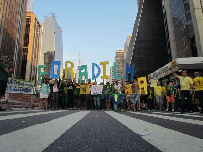 <p>São Paulo, 12/4 - Manifestantes protestam contra o governo da presidente Dilma Rousseff na avenida Paulista, na região central de São Paulo