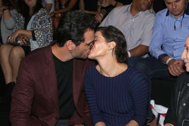 Mais uma vez, Deborah Secco e Rodrigo Lombardi trocaram beijos em desfile para gravação de novela