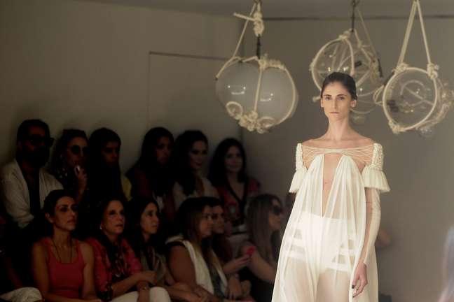 Daiane Conterato desfila com vestido longo da nova coleção de Paula Raia