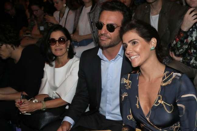 Deborah Secco e Rodrigo Lombardi gravaram cenas de 'Verdades Secretas' durante o desfile