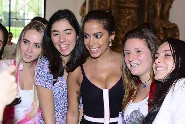 """De vestido e com decote """"generoso"""", Anitta prestigiou Reinaldo Lourenço na FAAP"""