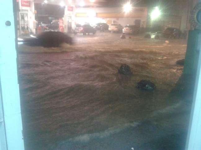 <p>Sacos de lixo foram levados pela enxurradana rua Joaquim Marra, na zona leste da capital</p>