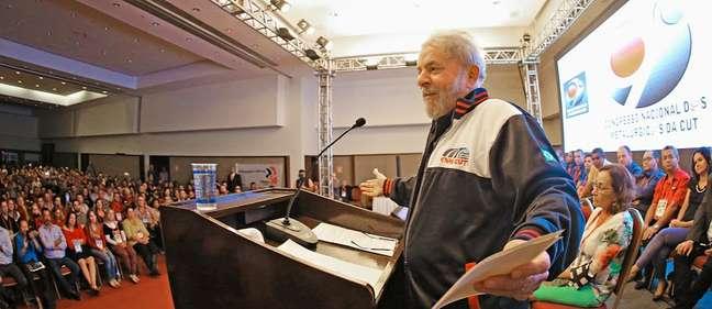 <p>Lula discursa durante abertura do 9º Congresso Nacional dos Metalúrgicos da CUT, em Guarulhos, em 14 de abril</p>