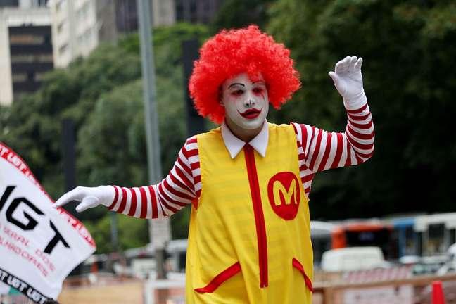 Homem vestido de palhaço em ato contra o Mc Donalds em São Paulo