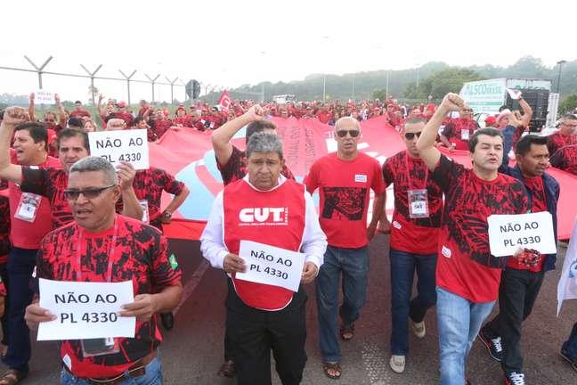 <p><strong>Guarulhos (SP) - </strong>Grupo marcha do hotel Pullman até o aeroporto Cumbica contra terceirizações</p>
