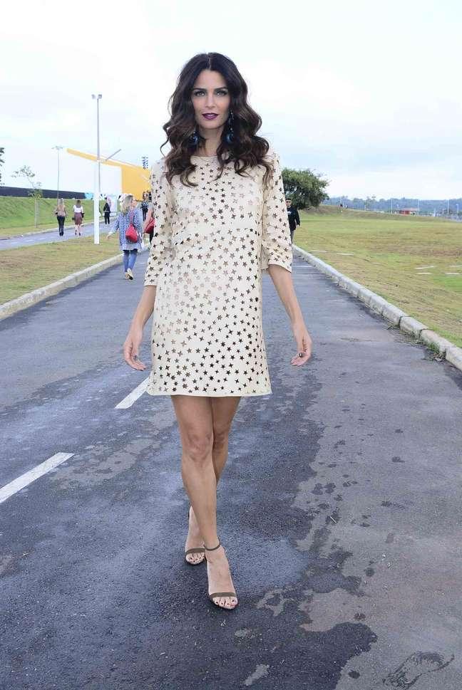 <p>Fernanda Motta curte o quarto dia de SPFW com vestido que deixa pele à mostra</p>